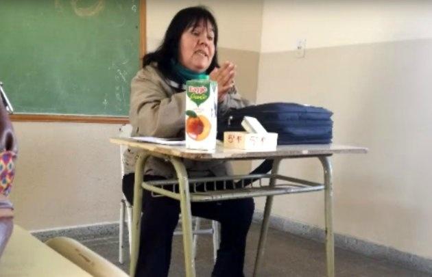 La docente descalificó a sus alumnos porque no habían cumplido con la tarea.