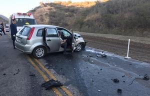 Por el violento impacto el frente del auto quedó destrozado.