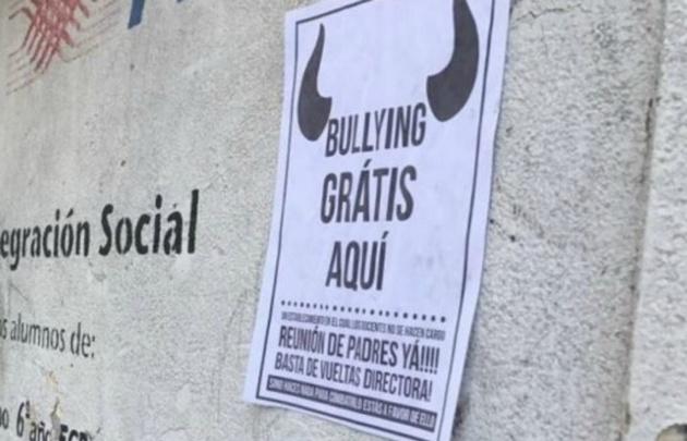 Indignada, la mujer llevó panfletos y los pegó en las paredes del colegio.