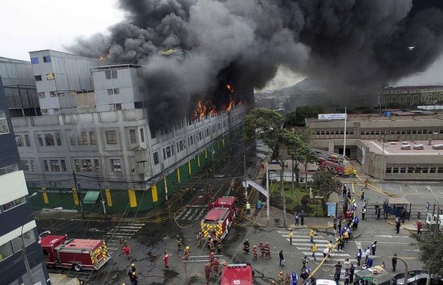 Dramático incendio en un shopping de Perú.