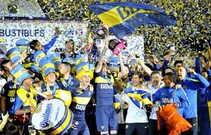 Los jugadores de Boca celebran con la Copa en La Bombonera.
