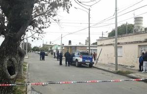 La Policía custodia el sector donde el hombre cayó muerto.