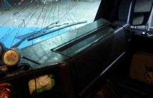 Así quedó el parabrisas del vehículo de Juan.