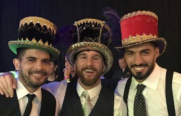 Banegas, Messi y Suárez durante la fiesta de casamiento.