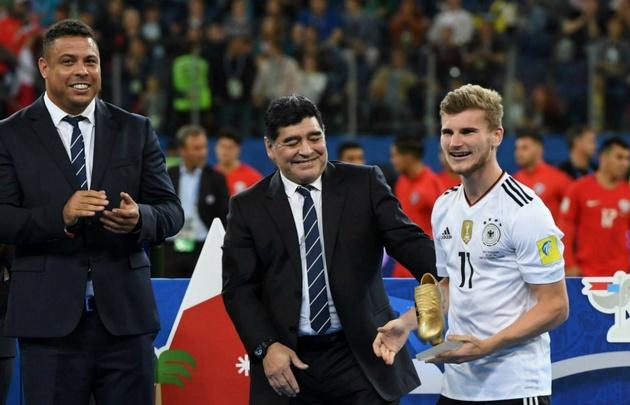 Diego estuvo en la ceremonia de cierre de la final que se jugó en San Petersburgo.