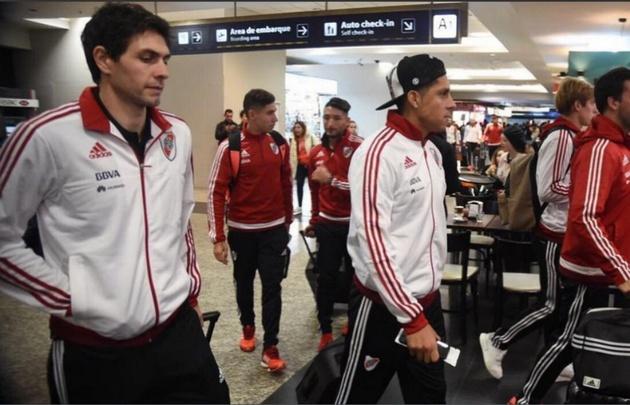 Germán Lux y Enzo Pérez, concentrados.