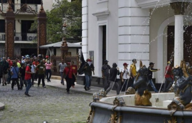 Atacaron el parlamento venezolano.