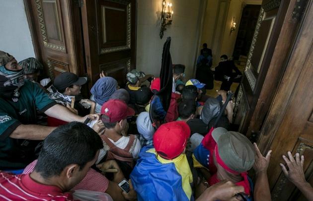 Los legisladores fueron abordados por encapuchados.