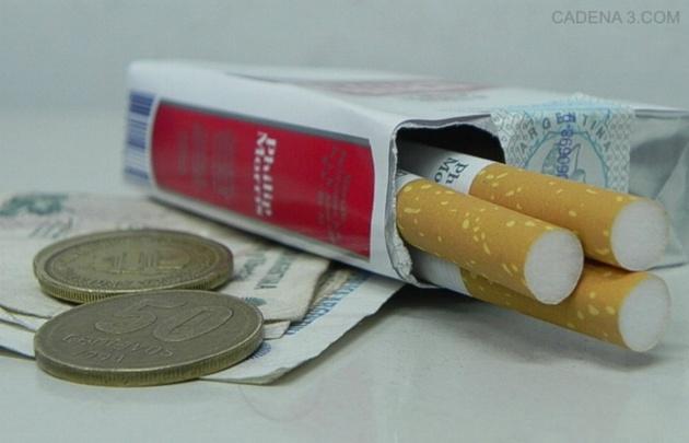 Un aumento del 10% en el precio de los cigarrillos disminuye un 5% su consumo.