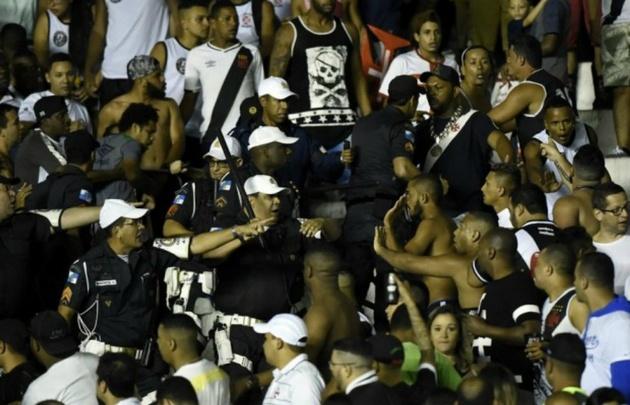 Hinchas enfrentaron a la Policía.
