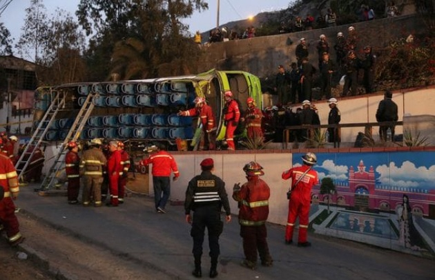 Nueve muertos y más de 30 heridos por el vuelco de un micro en Perú.