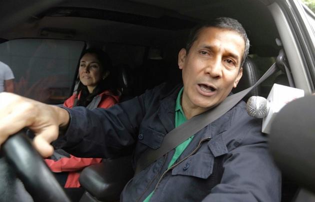Ollanta Humala y Nadine Heredia, a la salida de su casa para entregarse al arresto.