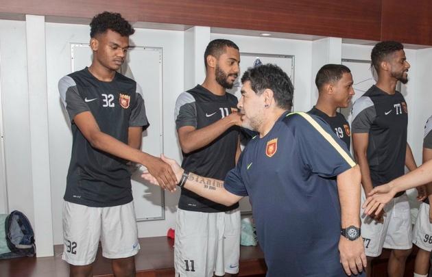 Maradona, con sus dirigidos en Al Fujairah.
