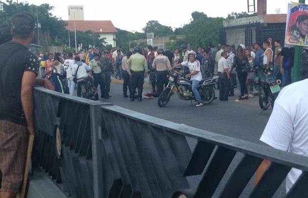 Un grupo de colectivos chavistas abrió fuego en medio del plebiscito.