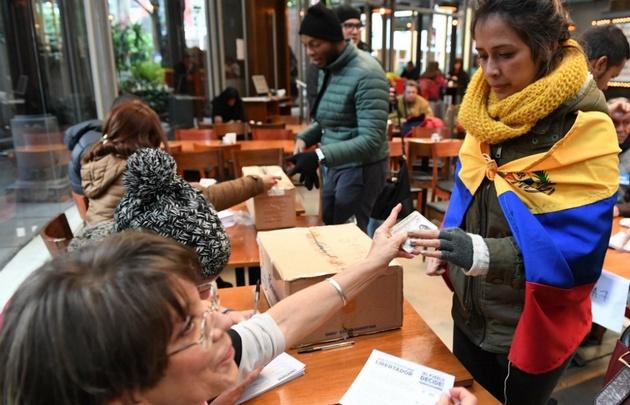 En Buenos Aires, hubo largas para votar a pesar del frío.
