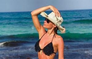 Pampita lució sus curvas en las playas de Ibiza.