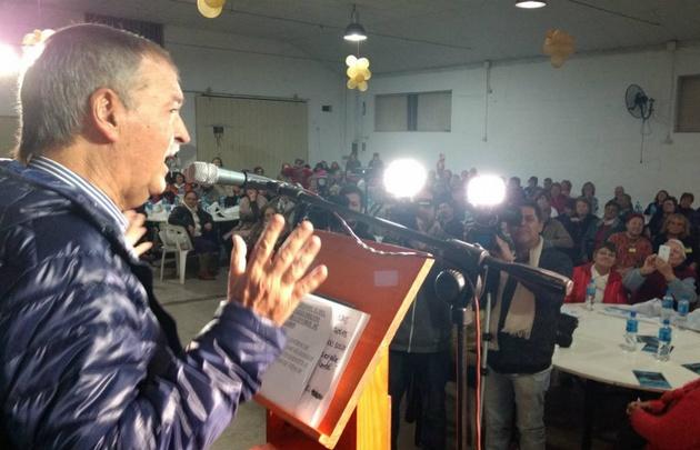 Schiaretti visita el club Guayaquil donde se reune con centros de jubilados