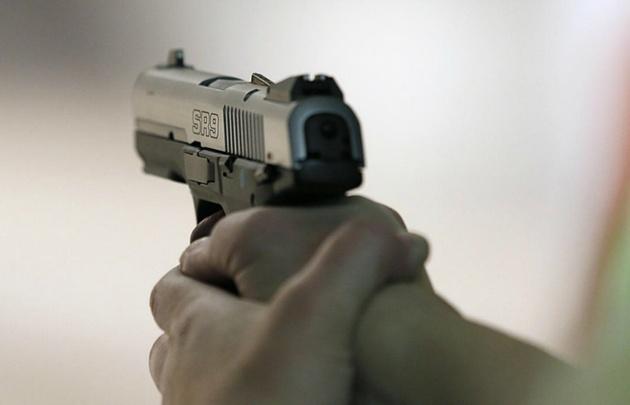 La mujer mató a su hija de dos disparos.