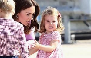 La princesa Charlotte hizo un berrinche en el aeropuerto de Hamburgo.