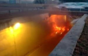 El Fiat Palio de Gómez envuelto en llamas.