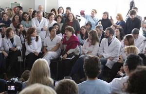 CFK dialogó con los médicos del hospital.