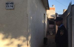 La Policía custodia el domicilio donde ocurrió la tragedia.