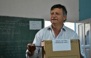 El gobernador chaqueño, Domingo Peppo, emite su voto (Foto: gentileza Diario Norte).