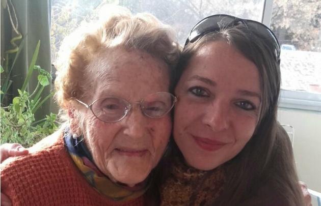 Irma sonríe mientras abraza a su nieta, Tatiana.