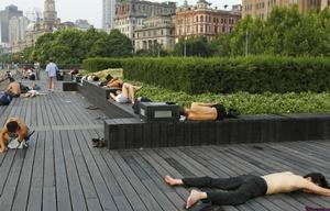 La ola de calor hace dormir a la gente en la calle (Foto: AFP)