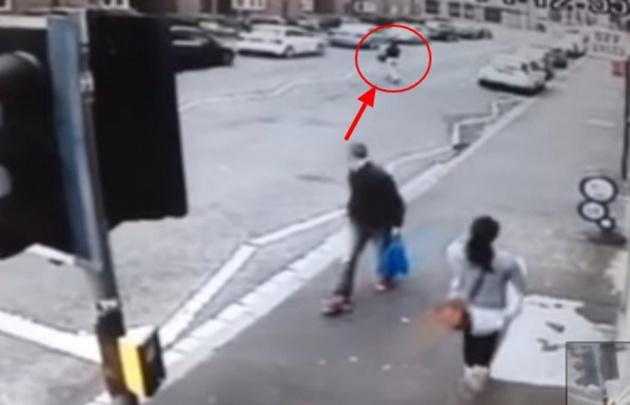 Mirá lo que le pasó a este hombre por no dejar de mirar a una chica.
