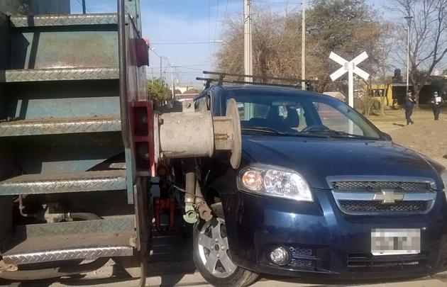 Un tren arrastró un auto en un paso a nivel en Córdoba.