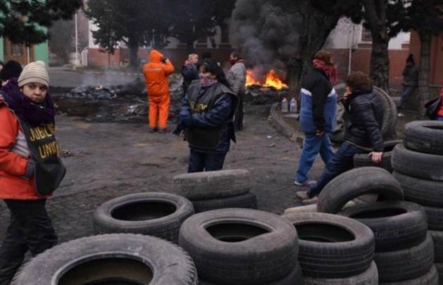 Jubilados en la quema de cubiertas en frente a la Policía (Foto: La Opinión Austral)