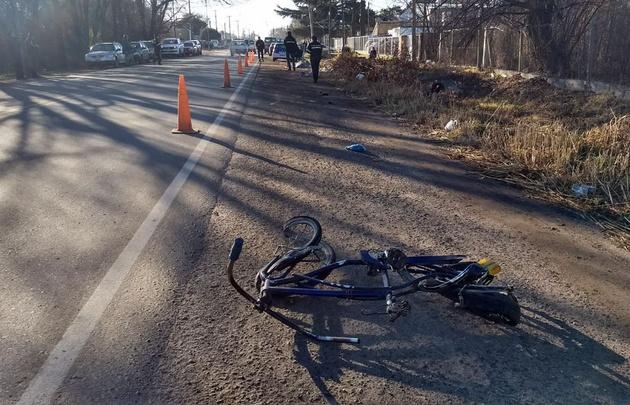 La bicicleta destruida quedó a un costado de la ruta.