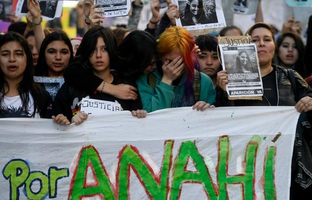 """Familiares y amigos de la joven asesinada pidieron """"Justicia por Anahí""""."""