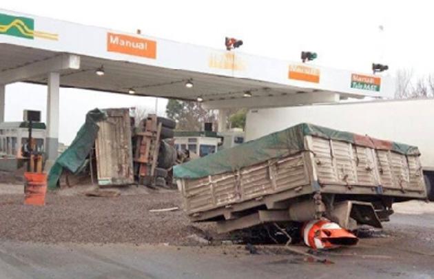 Volcó un camión en el peaje Tegua en Córdoba (Foto: Radio Alcira Gigena).
