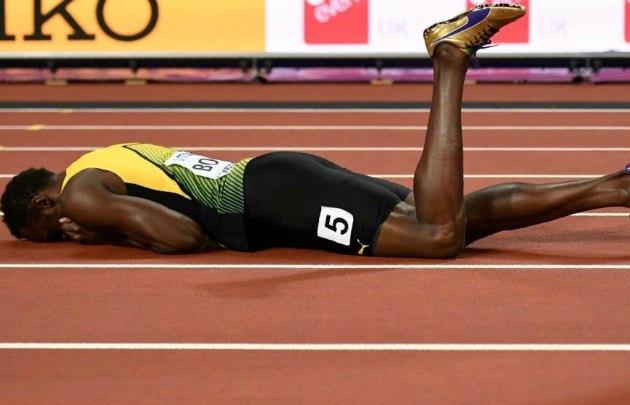 Bolt quedó tendido en la pista y debió ser asistido.