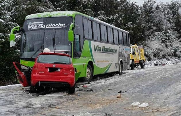 El Volkswagen Suran chocó con un micro de la empresa Vía Bariloche.