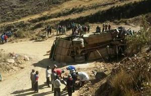 11 muertos al caer un colectivo de un precipicio en Bolivia.
