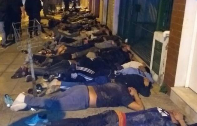51 detenidos de la barra de Racing (Foto: @CLMerlo)