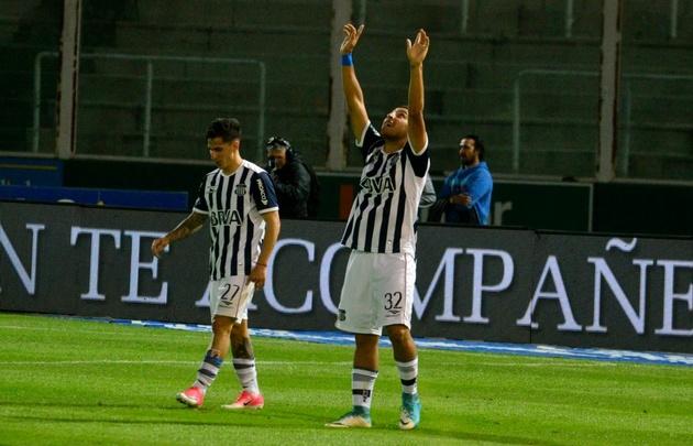''Chelo'' Torres celebra su gol, el quinto de Talleres.