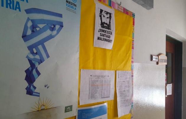 En la escuela Giachino, autorizaron colocar carteles sobre el joven desaparecido.