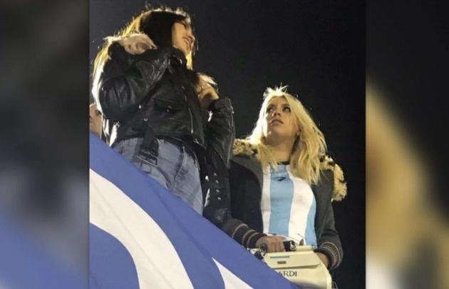 Wanda Nara y hermana Zaira en el partido de Argentina-Uruguay.