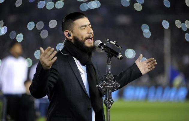 Ulises Bueno interpretó el Himno Nacional en la previa de Argentina-Venezuela.