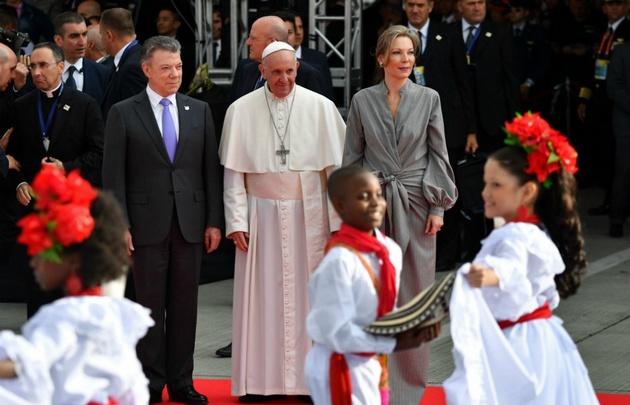 Al bajar del avión, Bergoglio se detuvo a saludar a niños que lo estaban esperando.