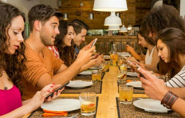Un tercio de las personas a nivel mundial se comunica cada vez menos cara a cara.