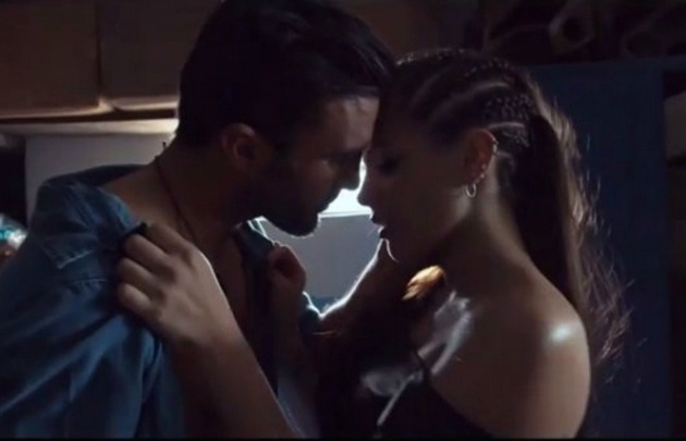 Barbie Vélez y Fabián Cubero protagonizan un provocativo video.