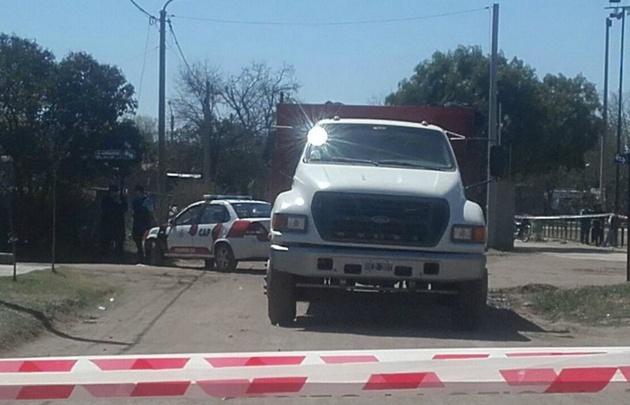 El niño murió tras ser embestido por un camión.