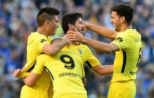 Pablo Pérez festeja con sus compañeros uno de sus goles al ''Tomba''.