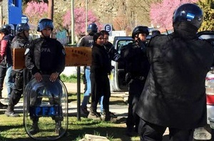 Elizabeth Loncopan fue detenida tras el allanamiento (Radio 3 Cadena Patagonia)
