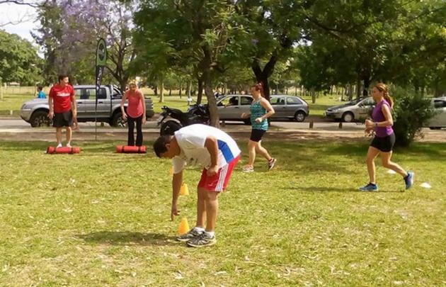 Es común ver a grupos realizando actividad física en el Parque Sarmiento.